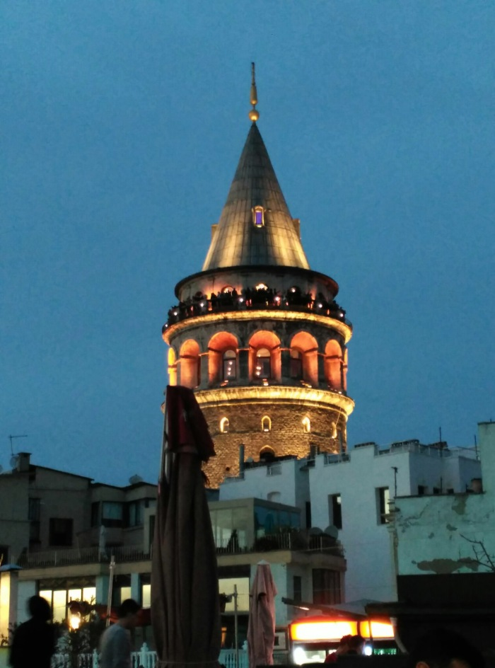 2016.02.16-17.56-theordinarylifeofm_the-ordinary-life-of-m_marta-moslw_istanbul_beyoglu_galata-tower_dusk_twilight