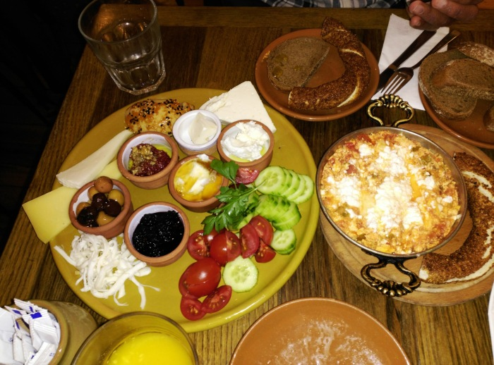 2016.02.28-13.01-theordinarylifeofm_the-ordinary-life-of-m_marta-moslw_istanbul_turkish-breakfast_kahve6_cihangir_beyoglu_01