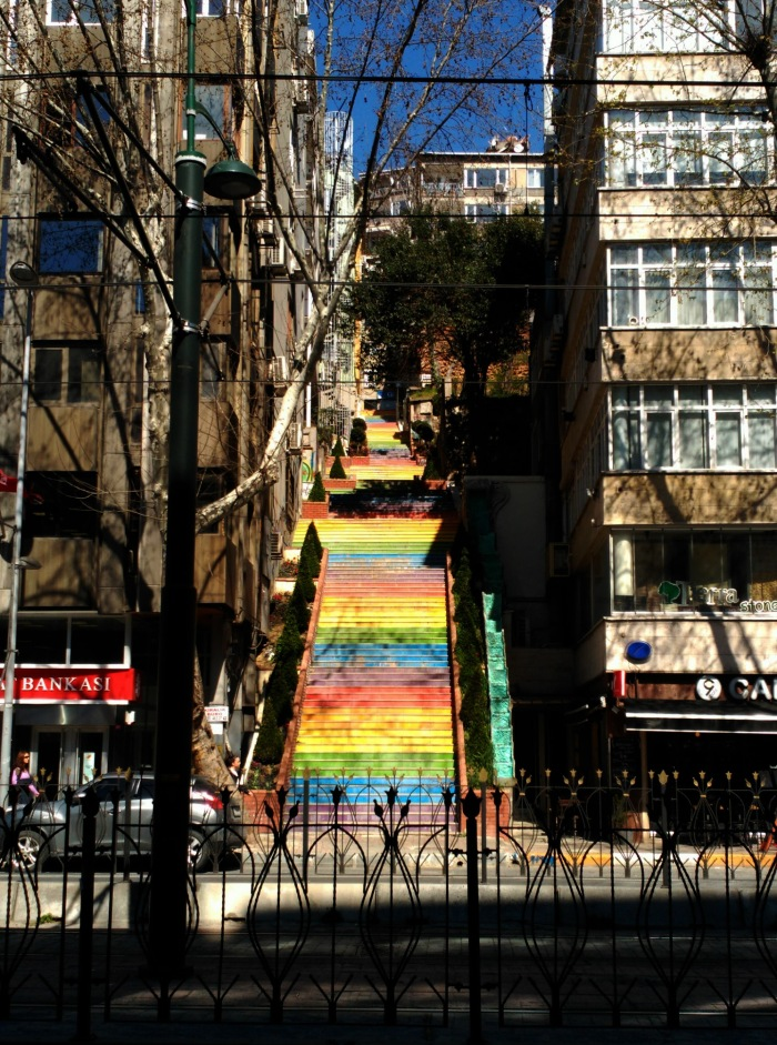 2016.04.01-11.27-theordinarylifeofm_the-ordinary-life-of-m_marta-moslw_istanbul_spring_colourful-stairs_rainbow