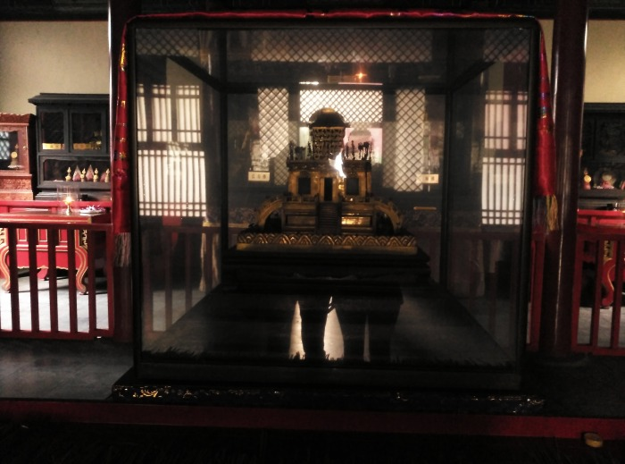 2016-10-25-16-28-theordinarylifeofm-the_ordinary_life_of_m-marta_moslw-travel-asia-china-beijing-lama_temple-reflections