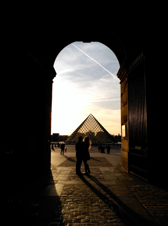 2015.04.13-19.53-theordinarylifeofm_the-ordinary-life-of-m_marta-moslw_travel_france_paris_louvre-museum_spring_couple_lovers_pyramid_b